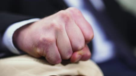 босс : Close-up of a male hand clenching into a fist. Стоковые видеозаписи