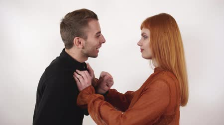 gritar : Angry agressive man yelling at beautiful woman with long red hair. Tired girl push him to show guy that thats enough.