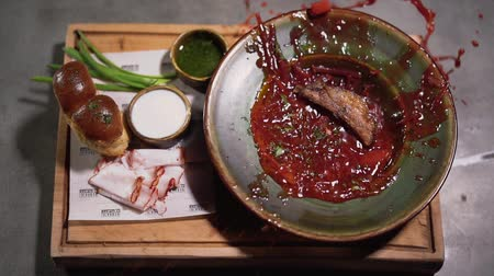 barszcz : Borsch in the plate served close up. Piece of meat falls in the plate and red soup splashes around Wideo