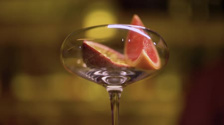 grejpfrut : Male hand puts fruits in the glass close up. Bartender making cocktail