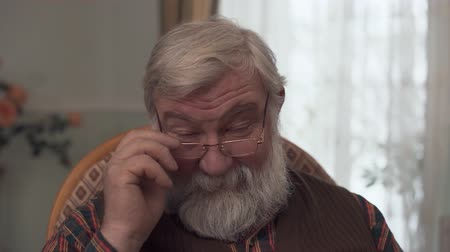 bilge : Portrait of adult darling grandfather with a big beard and a kind look who corrective glasses on the nose Stok Video
