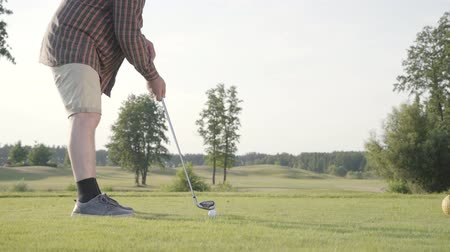 golfjátékos : Unrecognized man playing golf on the golf course. The concept of recreation and sports outdoors. Stock mozgókép