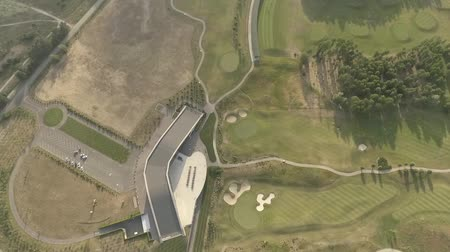 фарватер : Top view of large luxury golf course. View of the green lawns and trees. Shooting from above, top view, drone shooting. Стоковые видеозаписи