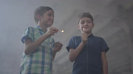 dvojčata : Two boys in a smoky abandoned room. One boy with a burning match, the second with a burning lighter Dostupné videozáznamy