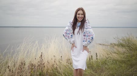 descuidado : Fun charming carefree girl wearing long summer fashion dress looking confident at camera enjoying. Leisure and weekend of young woman outdoors. Real people series. Slow motion.