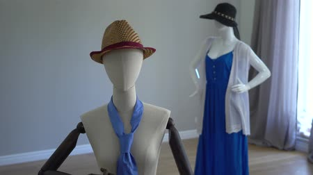 frizura : Female mannequins fitting on stylish clothing, accessories and apparels standing in showroom or shop.