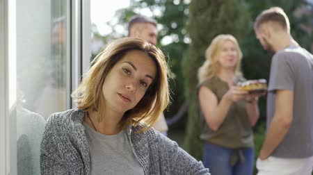 köszönt : Young pretty woman waiting for a man to talk to the caucasian couple. Irritated wife waiting for her husband in the doorway. Annoying neighbours.