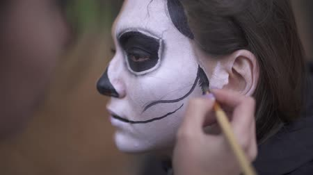 salva : Halloween. Makeup artist applies make-up to girl face Dostupné videozáznamy