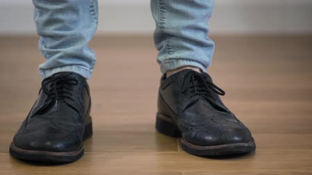 cipő : Close-up of male Caucasian feet in elegant broggi shoes stomping on the floor. Adult man jumping down, turning and leaving to the right. Stock mozgókép