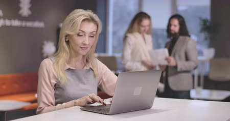kino : Portrait of young beautiful Caucasian woman typing on laptop keyboard. Portrait of confident successful CEO at workplace. Businesswoman, manager, efficiency, office, lifestyle. Cinema 4k ProRes HQ. Dostupné videozáznamy