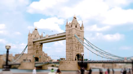 perçin : Scenic timelapse view of Tower Bridge in the river Thames as seen from the South Bank in London, England Stok Video