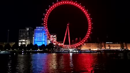 icônico : Timelapse shot at night, showing the iconic London Eye.