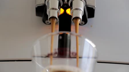 kufel : Coffee Machine Filling Up Cup With Espresso. Close Up. Shooted In Motion. Wideo