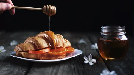 изюм : Honey Dripping On A Croissant Bread