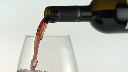 vysoká klíč : Pouring Red Wine From Bottle Into Goblet With Copy Space. Wine Pouring In Glass Dostupné videozáznamy