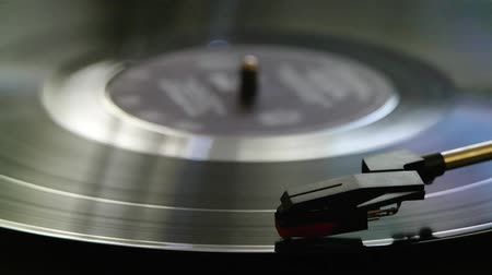 vinil : The Turntable Plays The Disc.