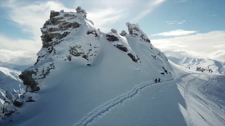sníh : Aerial Shot Of People Climbing A Snoy Peak In New Zealand