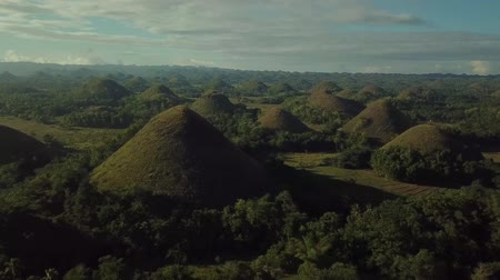 grama verde : Drone Flyover Of The Chocolate Hills Of Bohol In The Philippines Vídeos