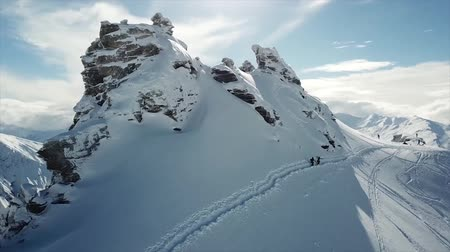 narciarz : People On Mountaintop About To Ski And Snowboard Down Tracking Shot. OTA. New Zealand Wideo
