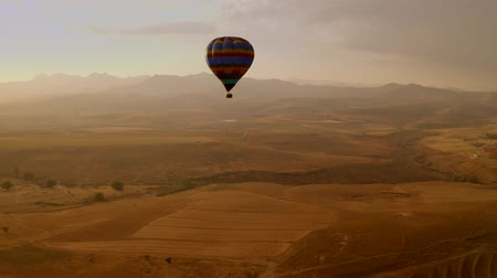 tahıllar : Aerial Shot Of A Hot Air Balloon That Is Flying Over A Vast Land. South Africa