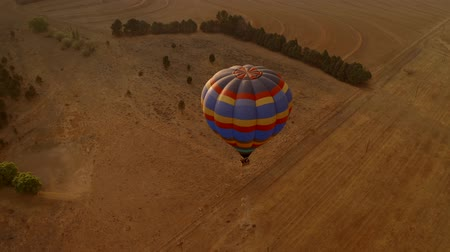 tahıllar : Aerial Shot Of A Hot Air Balloon That Is Flying Over The Wilds. South Africa