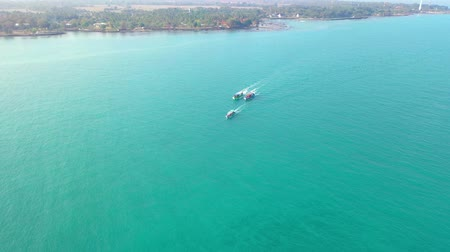 korál : Top view of the sailing boats in blue lagoon. Indonesia