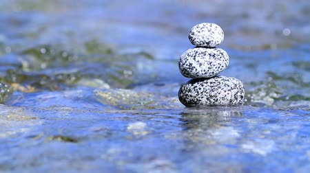 natureza : Stacked stones in a river.