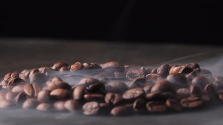 koffieboon : Roasted coffee beans with a smoke