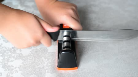 apontador : teenager hands sharpen a knife in whetstone Stock Footage