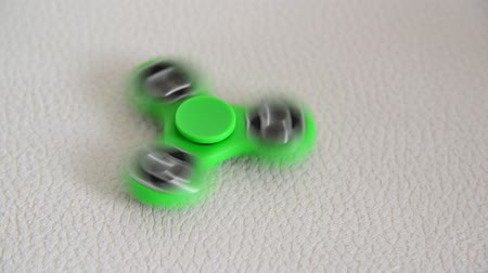 fidget spinner : green spinner in motion Stock Footage