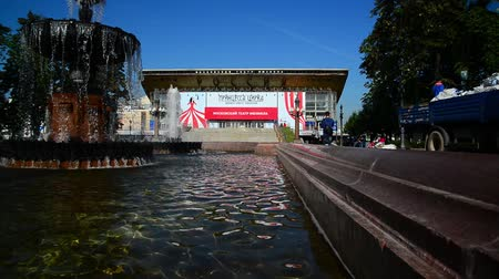 körút : Moscow, Russia - August 31.2017. Fountain Pushkin on background of cinema Russia Stock mozgókép