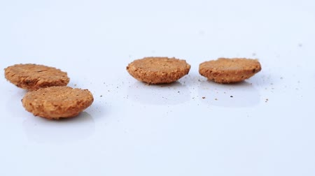 сладость : Oatmeal cookies fall down on white background in slow motion