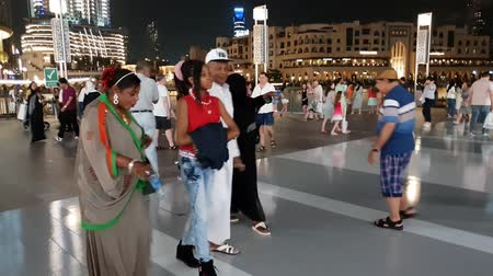 černoch : Dubai, UAE - April 8. 2018. Tourists in front of world famous shopping center Dubai Mall Dostupné videozáznamy