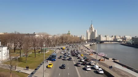 stalin : Moscow, Russia - April 14. 2018. Traffic on Moskvoretskaya embankment of Moskva River Stock Footage