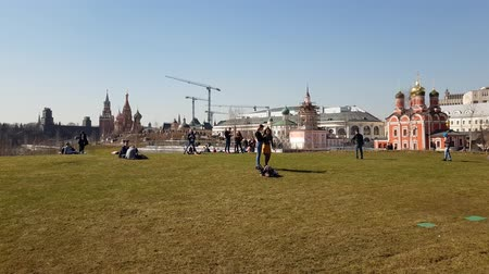 požehnat : Moscow, Russia - April 14. 2018. People relax on lawn in park Zaryadye. Dostupné videozáznamy
