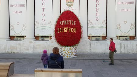 fővárosok : Moscow, Russia - April 14. 2018. Easter Egg during festival Easter gift on Lubyanka street