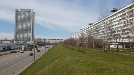 основной : Moscow, Russia-April 24.2018. Flute is longest house on Savelkinsky proezd in Zelenograd Стоковые видеозаписи