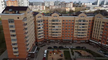 тропинка : Moscow, Russia - April 29. 2018. Courtyard of residential building