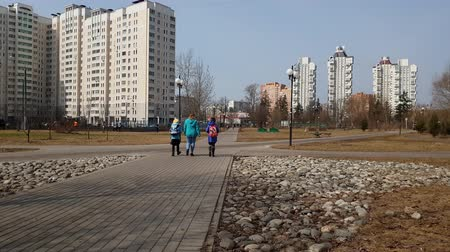 основной : Moscow, Russia-April 24.2018. people walking along boulevard in Zelenograd, Russia Стоковые видеозаписи