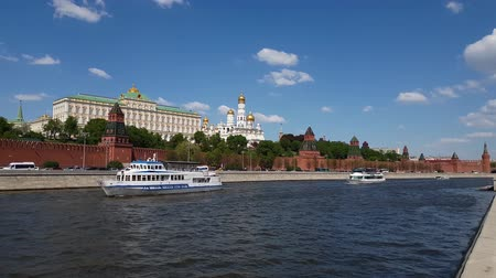 православие : Moscow, Russia - May 12. 2018. Ships sail on river past the Kremlin Стоковые видеозаписи