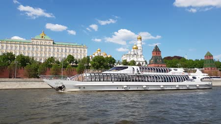 православие : Moscow, Russia - May 12. 2018. Radisson Royal steam-ship fleet sails past Kremlin