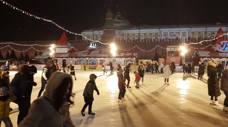камедь : Moscow, Russia - January 7.2019. People on a GUM skating rink on Red Square Стоковые видеозаписи