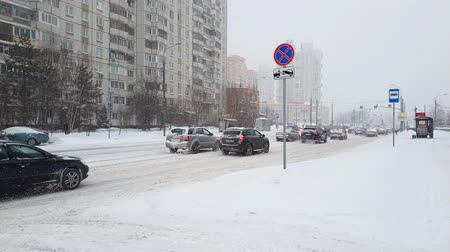 rüzgârla oluşan kar yığını : Moscow, Russia - January 26. 2018. Traffic on road during heavy snowfall in Zelenograd