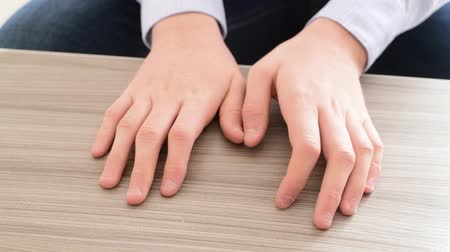 ладья : The hands of teenager who pulls the fingernails