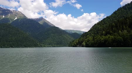 mês : Beautiful Mountains surrounding Ritsa Lake in an Abkhazia