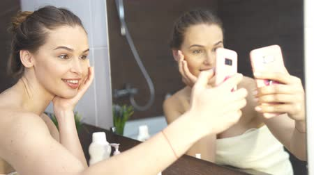záchod : Smiling Woman Taking Mobile Selfie Photo On Phone At Bathroom Mirror.