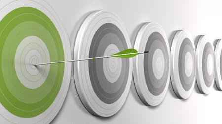 zarządzanie : video of five arrows hitting the center of a green target, there is many grey targets in a row, horizontal banner format. Symbol of strategic marketing, business strategy or objective