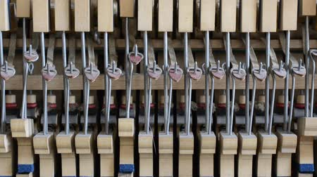 armoni : inside the piano: string, pins, keys and hammers
