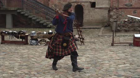 společenství : Belarus, the village of Mir, Mir Castle, June 16, 2019: theatrical look at the history of Belarus, a battle with the swords of two men of the Middle Ages, people from Scotland Dostupné videozáznamy
