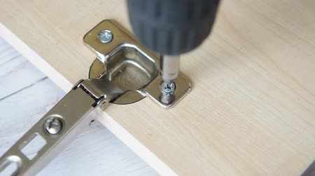Unscrewing a wood screw with electric screwdriver Vídeos